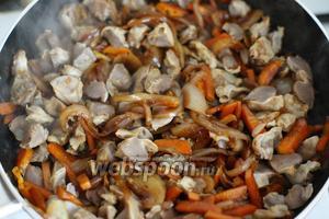 Желудочки нарезаем на кусочки и добавляем к овощам. Тушим 7-10 минут.