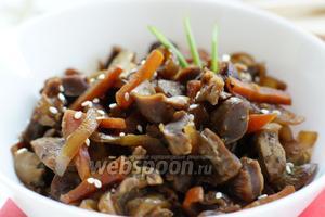 Куриные желудки по-корейски подаются холодными. Поэтому оставляем блюдо остывать на пару часов. Для подачи блюда можно использовать свежую зелень и кунжут. Наше блюдо готово, можно подавать к столу.