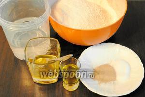 Подготовить набор продуктов для приготовления теста: воду комнатной температуры, муку, соль, дрожжи, мёд и оливковое масло.