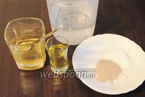 В воде (482 г) растворить соль (10 г), дрожжи (7 г), мёд (2 ч. л.) и масло оливковое (2 ст. л.).