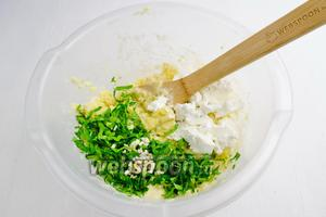 Добавить рубленые петрушку (6 веточек), чеснок (1 зубчик) и сыр Фета (125 г). Поперчить (1 щепотка). Перемешать.