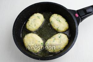 Разогреть в сковороде подсолнечное масло (50 мл). Обжарить оладьи в течение 3-4 минут на малом огне (в зависимости от толщины оладий).