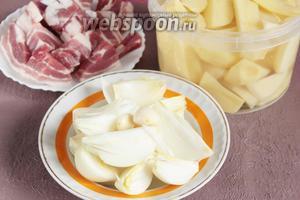 Очистить и промыть картофель (1200 г) и лук репчатый (300 г), порезать их на удобные кусочки, очистить и промыть чеснок (1 головку). Промыть и порезать на удобные кусочки свиную мякоть (500 г).