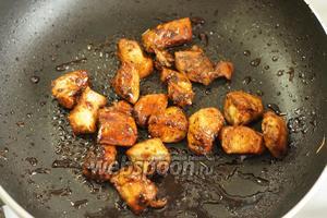В обжаренное мясо добавляем соевый соус (100 мл) и тушим 2-3 минуты.