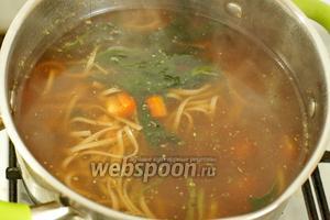 Пока варится суп, в отдельной таре отвариваем 1 яйцо всмятку. Готовое яйцо разрезаем пополам и выкладываем в тарелку с супом. Блюдо готово, можно подавать к столу. Приятного аппетита!
