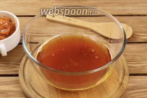 Заварим 10 грамм чёрного чая на 100 мл кипятка и дадим чаю настояться 10 минут. Затем добавим к нему 100 мл подсолнечного масла и сахар (160 г).