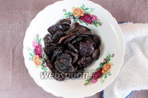 Чернослив без косточки (200 г) промыть, залить кипятком и оставить до остывания.