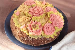 Украшая торт, не забудьте о том, что украшение тоже должно быть веганским, если торт предназначается и веганам в том числе. Приятного аппетита!