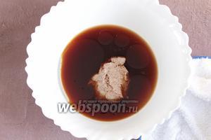 Миксером или венчиком смешать в одной ёмкости свежесваренный кофе (300 мл), масло оливковое (4 ст. л.) и льняную кашицу. Льняная кашица играет в рецепте роль куриных яиц.