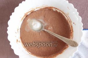 Добавить в тесто гашённую уксусом 6% (0,5 ст. л.) соду (1 ч. л.). Тщательно перемешать.