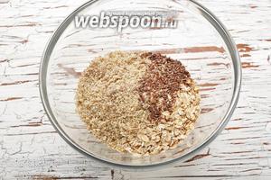 В миске соединить овсяные хлопья (1 стакан), лён в семенах (1 ст. л.) и смесь из чаши комбайна. Перемешать.