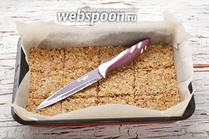 Острым ножом нарезать смесь на квадратики. При этом нож можно периодически опускать в воду, чтобы к нему не липло тесто.