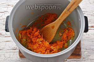 Мультиварку (у меня мультиварка Polaris) включить на режим «Жарка». Оставить на 2 минуты, чтобы чаша разогрелась. Выложить в чашу подсолнечное масло (2,5 ст. л.), морковь, лук. Жарить 3-4 минуты.
