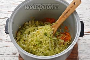 Дальше выложить в чашу подготовленную капусту, перемешать. Готовить при закрытой крышке 15 минут (до готовности капусты). За это время перемешайте смесь в мультиварке 1-2 раза. Помните, что белокочанная капуста средних и поздних сортов будет готовиться дольше. Также время приготовления капусты очень зависит от того, насколько мелко вы её нашинковали.