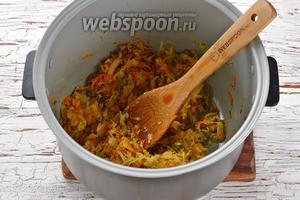 Приправить готовую овощную смесь чёрным молотым перцем (0,2 ч. л.). Перемешать.