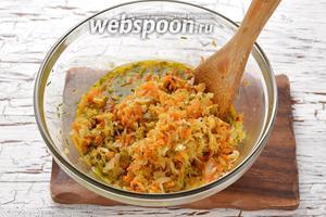 Переложить готовую горячую капусту в яичную смесь и быстро перемешать.