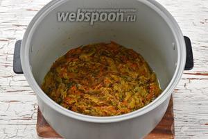 Чашу мультиварки смазать дополнительно подсолнечным маслом (0,5 ст. л.). Выложить капустную смесь в чашу мультиварки и разровнять. Закрыть крышку мультиварки и готовить на режиме «Жарка» 3-4 минуты.