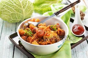 Тушёная капуста с картошкой и сосисками на сковороде