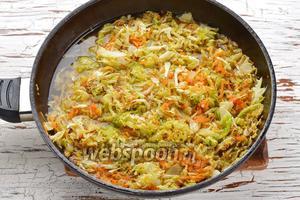 Добавить к овощам воду (150 мл), накрыть сковороду крышкой. Тушить на минимальном огне 15-20 минут (время будет зависеть от сорта капусты и от того, насколько мелко вы её нашинковали).