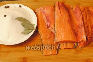 Подготовить продукты для приготовления малосольной рыбы: воду, соль, сахар, лавровый лист, душистый перец горошком и подготовленное филе горбуши.