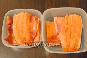 Филе горбуши (1 кг) уложить в контейнер, предварительно разрезав филе по размеру контейнера.