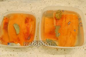 Залить филе маринадом. Контейнеры накрыть крышкой и поставить в морозильную камеру.