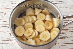 1,5 банана очистить, нарезать небольшими кусочками и отправить в сотейник.