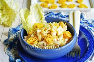 Салат из пекинской капусты, омлета и курицы