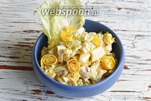 Салат готов. Украсьте салат перед подачей кусочками омлета.