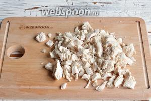 1 куриное филе отварить до готовности, охладить и нарезать средними кубиками.
