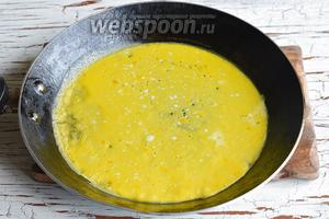 На смазанной подсолнечным маслом (1 ч. л.) сковороде испечь тонкие яичные омлеты (у меня получилось 4 штуки).
