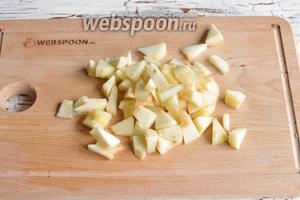 1 яблоко очистить от кожуры, удалить сердцевину. Нарезать яблоки средним кубиком и сбрызнуть лимонным соком (0,5 ч. л.).