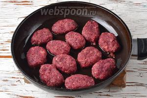 Разогреть сковороду с подсолнечным маслом (2 ст. л.). На горячую сковороду выложить котлеты и обжарить с одной стороны 3-4 минуты.