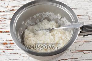 Рис (40 г) отварить до готовности. Охладить. Нам понадобится половина стакана отварного риса.