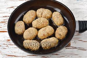 Разогреть сковороду с подсолнечным маслом (3,5 ст. л.). Выложить котлеты в сковороду и обжарить их с обеих сторон до золотистого цвета.