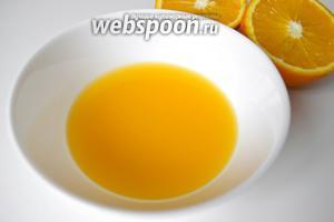 Займёмся апельсинами (4 штуки). Для начала хорошенько промоем их проточной водой и ошпарим кипятком. Теперь режем апельсины на 2 части и выжимаем сок. Сока должно получиться примерно 1 стакан.