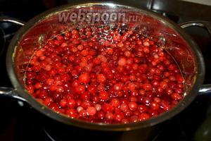 В наш сироп кладём половину ягод брусники и доводим до кипения. Кипятим 5 минут, снимая образующуюся пену.