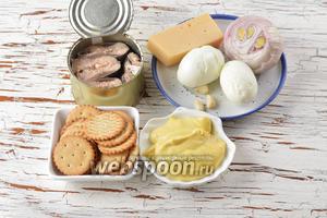 Для работы нам понадобятся рыбные консервы «Сардина в масле», яйца, твёрдый сыр, репчатый лук, крекеры солёные, майонез, чеснок.