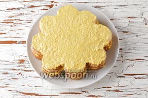 Опять повторить слои: крекеры-яичная начинка-крекеры-майонез-рыбная начинка-лук-крекеры. Сверху распределить тонким слоем отложенную яичную начинку (2 столовых ложки).