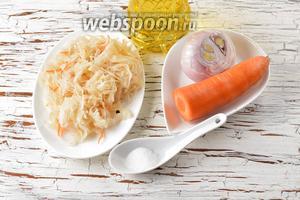 Для работы нам понадобится квашеная капуста, репчатый лук, морковь, подсолнечное масло, сахар.