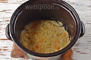 Квашеную капусту (400 г) предварительно отварить в 0,5 литра воды на протяжении 30 минут. Жидкость слить.
