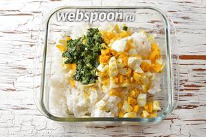 Соединить рис, мелко нарезанный укроп, яйца, зелёный лук со сливочным маслом, соль (1 ч. л.). Перемешать.
