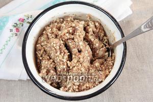 Добавить в пюре пророщенную гречневую крупу и молотый жареный арахис. Тщательно перемешать.