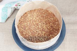 На блюдо поставить разъёмное кольцо (диаметр моего 20 см), выложить равномерно полученную массу, слегка утрамбовывая. Охладить в холодильнике.