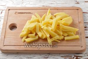 Картофель (5 штук) очистить и нарезать средними брусочками.