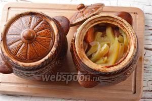 Закрыть горшочки крышками и отправить в предварительно разогретую до 180°С духовку на 45 минут. Картошка с сосисками в горшочках в духовке готова.