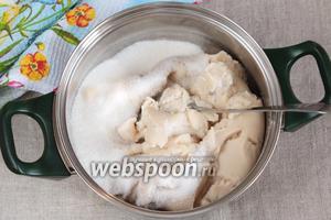 Добавить сахарный песок (200 г), тщательно перемешать. На этом же этапе можно добавить ароматизаторы на ваш вкус.