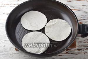 Подсушить кружки на сухой, горячей сковороде с обеих сторон до хрустящего состояния (они должны подрумяниться).