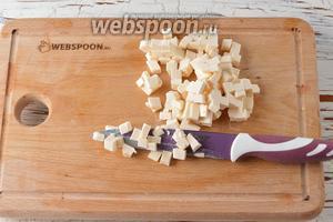 Плавленый сыр (200 г) мелко нарезать.