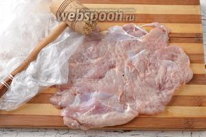 Острым ножом срезать мясо с костей. Отбить его молоточком через пищевую плёнку.